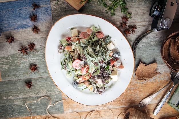 Draufsicht auf griechischen salat mit mayonnaise gekleidet