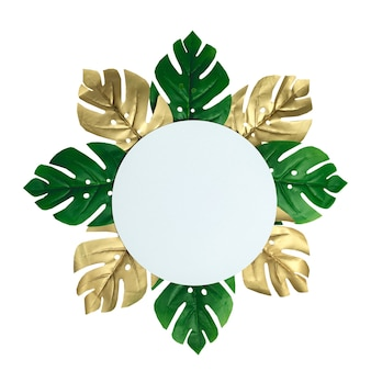 Draufsicht auf grüne und goldene tropische blätter auf altem weißem holz