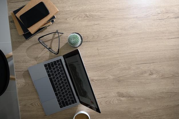 Draufsicht auf hände, die mit einem computer arbeiten