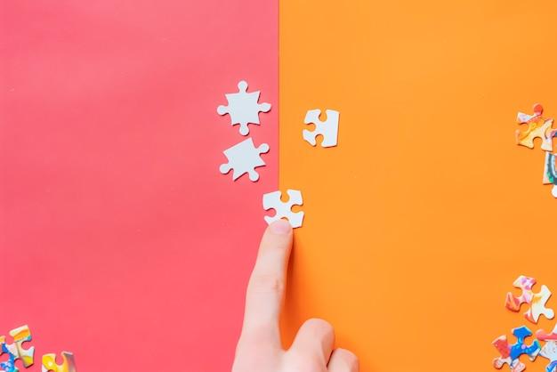 Draufsicht auf hände, die rätsel lösen
