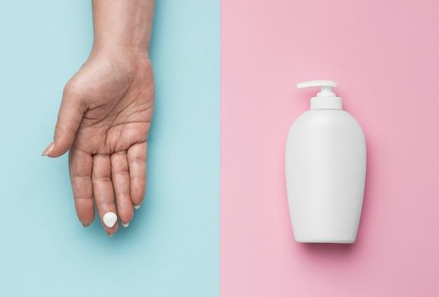 Draufsicht auf hand mit hydroalkoholischem gel