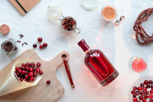Draufsicht auf handgemachte cranberry-tinktur.