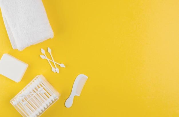 Draufsicht auf handtuch und wattestäbchen für babyparty