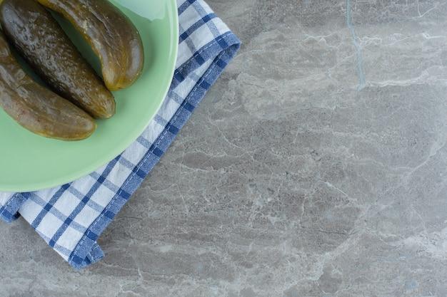Draufsicht auf hausgemachte essiggurke oder grüne platte.