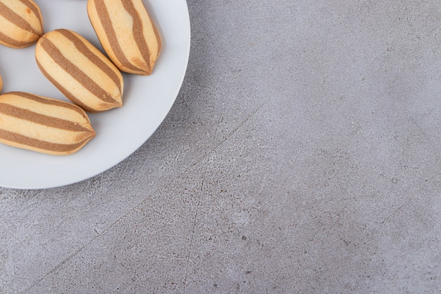Draufsicht auf hausgemachte kekse auf weißem teller.