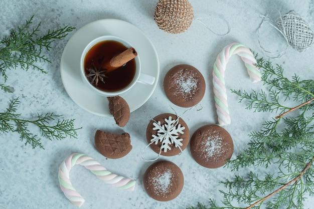Draufsicht auf hausgemachte schokoladenkekse mit tee.