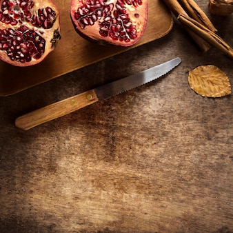 Draufsicht auf herbstgranatäpfel mit zimtstangen und kopierraum