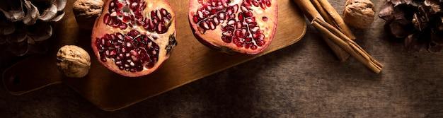 Draufsicht auf herbstgranatäpfel mit zimtstangen