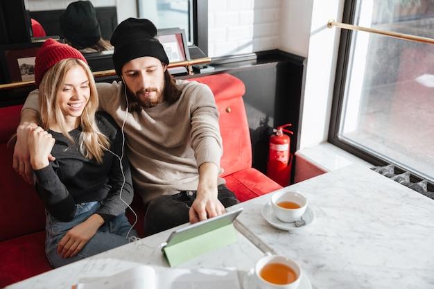 Draufsicht auf hipster mit tablet-computer