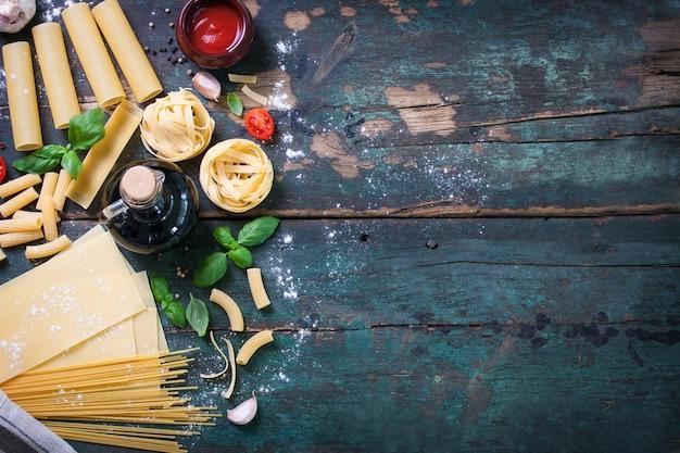 Draufsicht auf holztisch mit verschiedenen arten von pasta