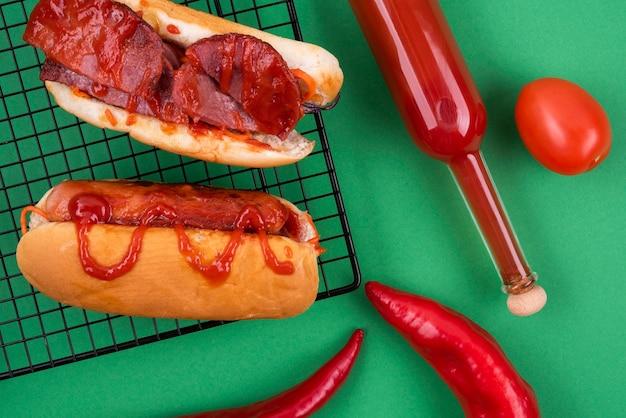 Draufsicht auf hot dog mit tomatenketchup und chilis