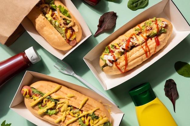 Draufsicht auf hot dogs mit einer auswahl an feilspänen und ketchup