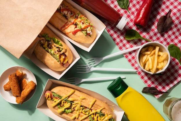 Draufsicht auf hot dogs mit einer auswahl an füllungen und senf