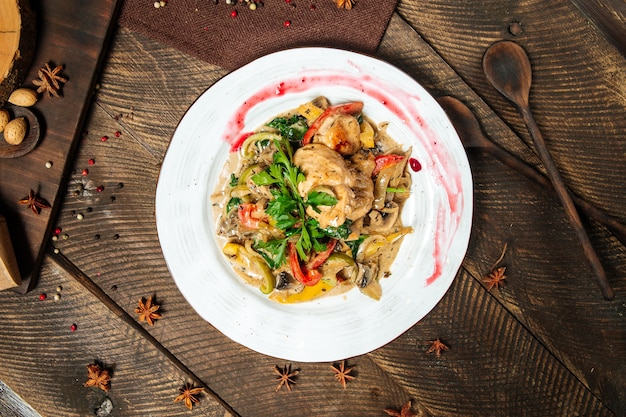 Draufsicht auf hühnerbrust mit pilzsauce und gemüse