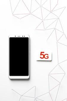 Draufsicht auf internetkommunikationsnetz mit 5g sim-karte und smartphone