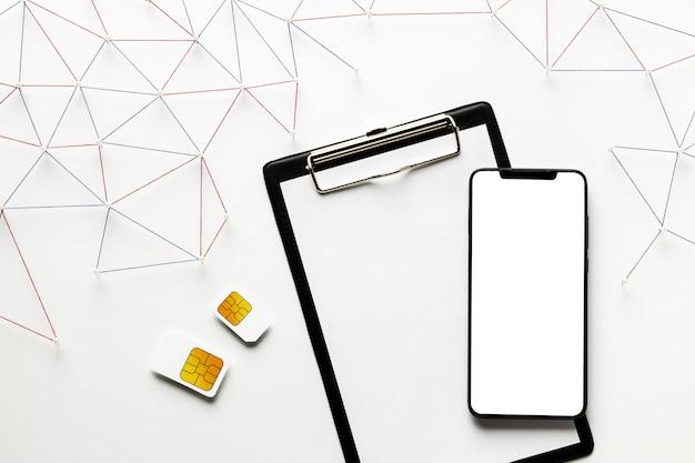 Draufsicht auf internetkommunikationsnetz mit sim-karten und smartphone