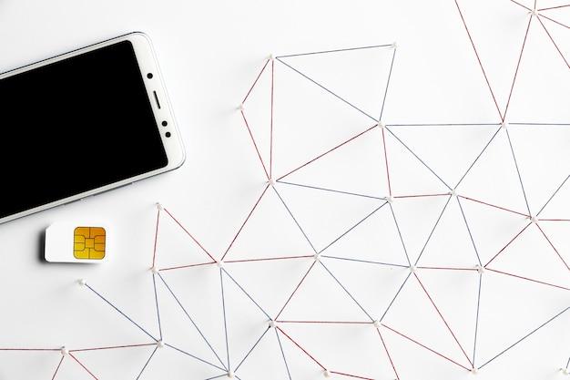 Draufsicht auf internetkommunikationsnetz mit smartphone und sim-karte