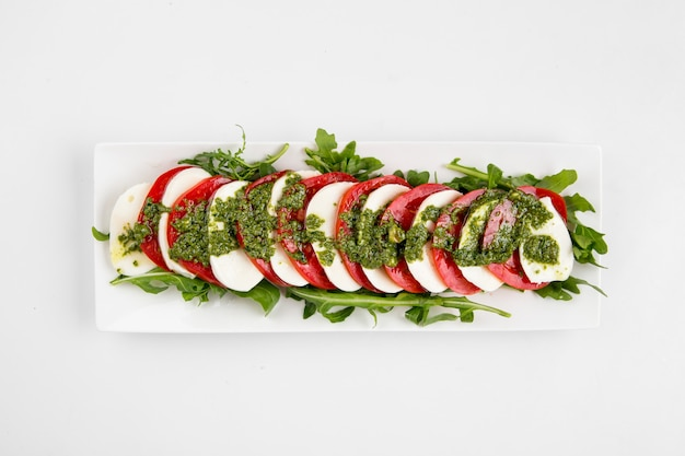 Draufsicht auf isolierten klassischen caprese-salat
