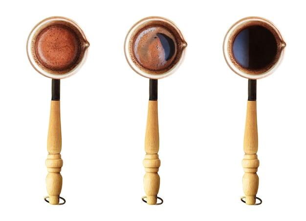 Draufsicht auf jezve oder türkische kaffeebrühkanne mit kaffee isoliert auf weißem hintergrund