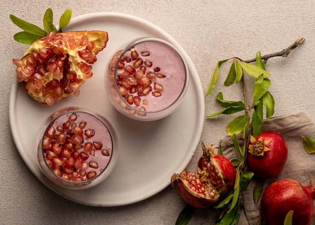 Draufsicht auf joghurt mit granatapfel