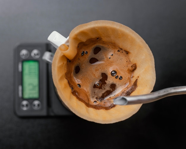 Draufsicht auf kaffee im filter