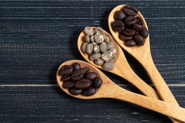 Draufsicht auf kaffeebohnen werden in einen holztisch gelegt.
