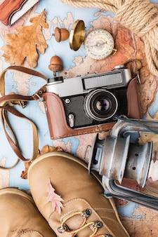 Draufsicht auf kamera und herbst essentials