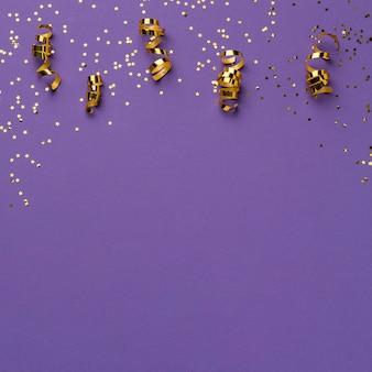Draufsicht auf karnevalsbänder mit glitzer- und kopierraum