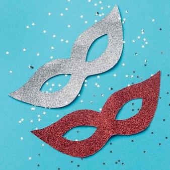 Draufsicht auf karnevalsmasken mit glitzer