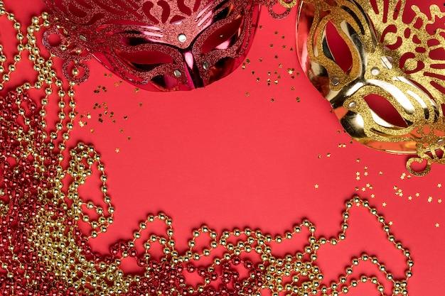 Draufsicht auf karnevalsmasken mit perlen