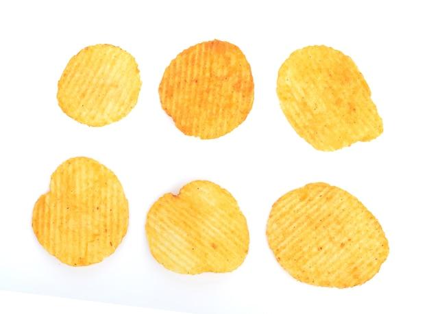 Draufsicht auf kartoffelchips isoliert auf weißem hintergrund