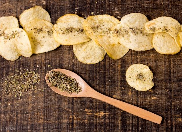 Draufsicht auf kartoffelchips mit gewürzen