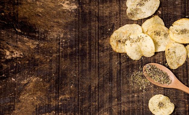 Draufsicht auf kartoffelchips mit kopierraum und gewürzen