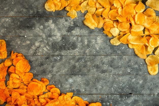 Draufsicht auf kartoffelchips mit kopierraum