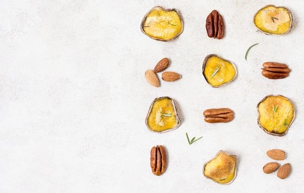 Draufsicht auf kartoffelchips mit mandeln und walnüssen