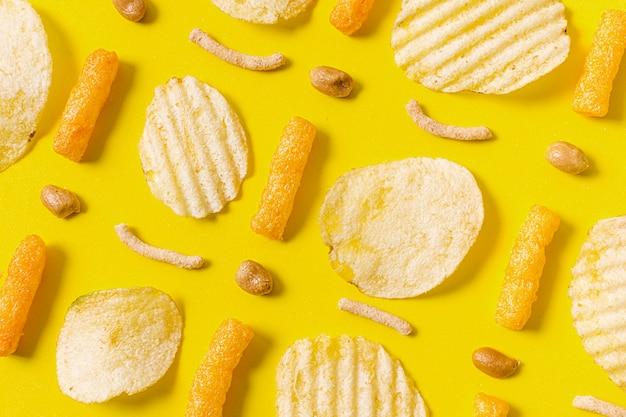 Draufsicht auf kartoffelchips und käsige hauche