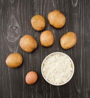 Draufsicht auf kartoffeln, hüttenkäse und eier für pfannkuchen