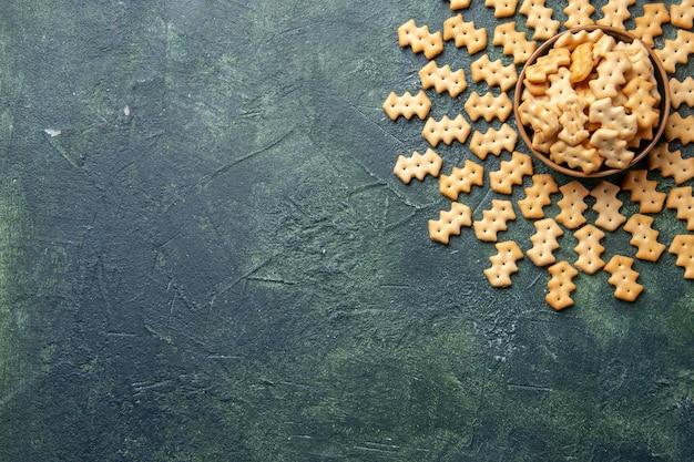 Draufsicht auf kleine gesalzene cracker in der schüssel