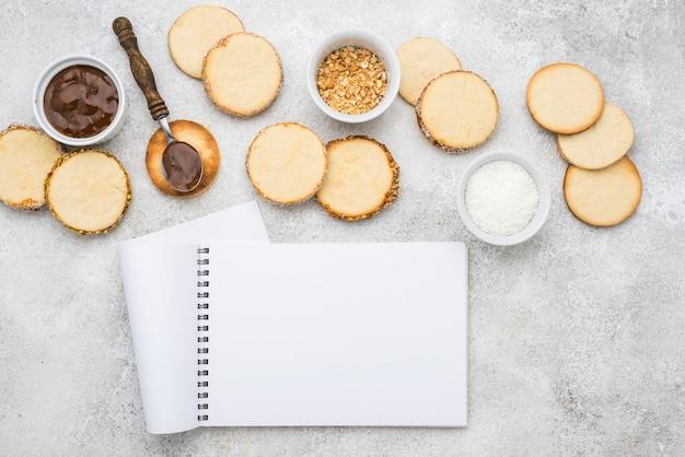 Draufsicht auf köstliche alfajores mit kopierraum