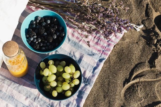 Draufsicht auf köstliche früchte