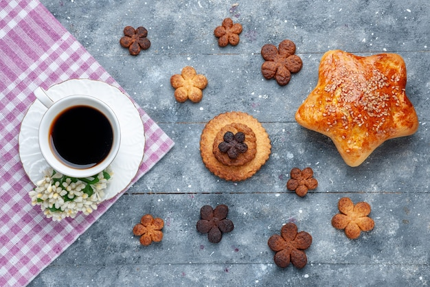 Draufsicht auf köstliche kekse süß mit tasse kaffee und gebäck der graue kekszuckerkeks süß