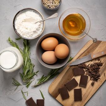 Draufsicht auf köstliche muffinzutaten