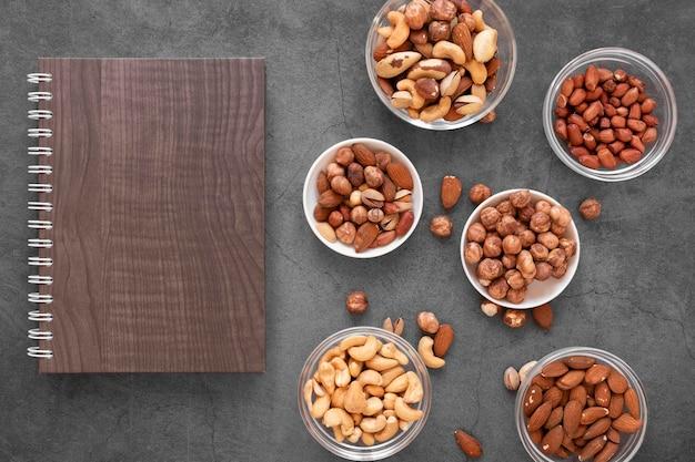 Draufsicht auf köstliche nüsse mit kopierraum