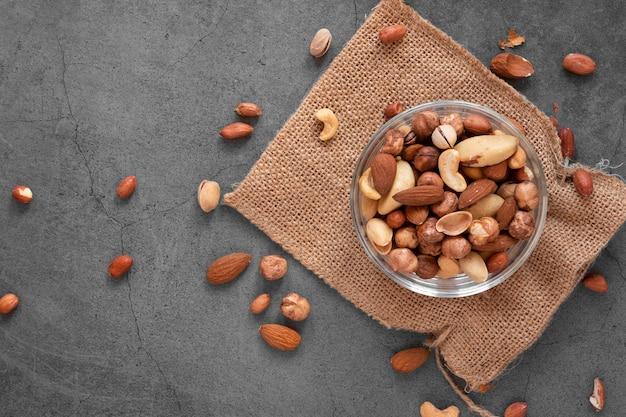Draufsicht auf köstliche nussanordnung