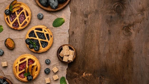 Draufsicht auf köstliche obstkuchen mit pflaumen und kopierraum