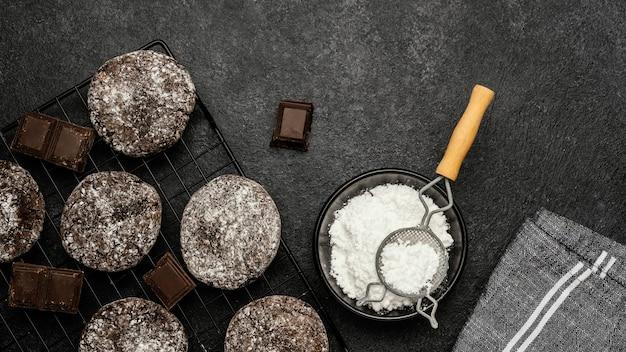 Draufsicht auf köstliche schokoladenplätzchen mit puderzucker
