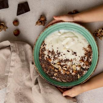 Draufsicht auf köstlichen joghurt mit schokolade