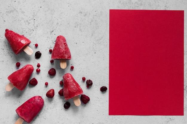 Draufsicht auf köstliches eis am stiel mit kopierraum und früchten