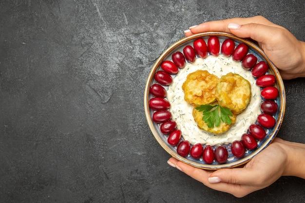 Draufsicht auf köstliches kürbismehl mit frischen roten hartriegeln auf der grauen oberfläche Kostenlose Fotos