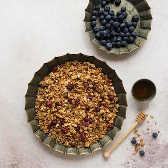 Draufsicht auf köstliches müsli mit honig